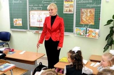maestra en actitud de enseñar